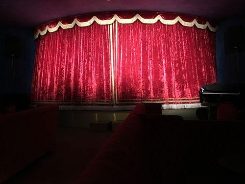 Escenario del cabaret vacío