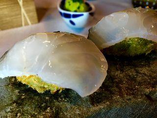 Nigiri de merluza lañada sobre croqueta de salsa verde
