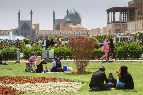 Familias de picnic en Noo Ruz en la plaza del Imán, de Isfahan