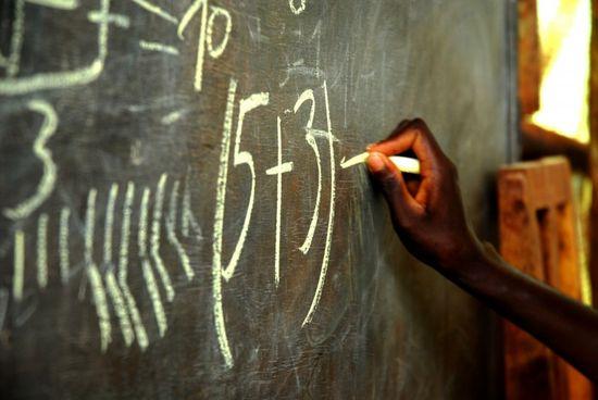 Una niña escribe en la pizarra en la escuela de Rutenderi (Burundi) Imagen de Pablo Tosco