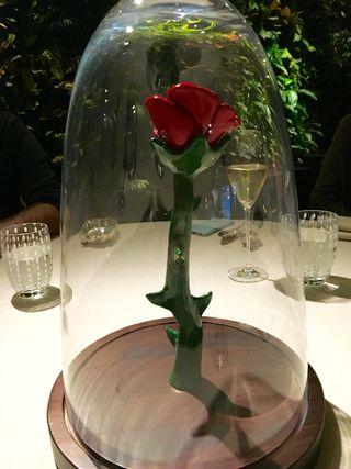 El valor simbólico de la rosa. Fanal que preside las mesas antes de comenzar el almuerzo