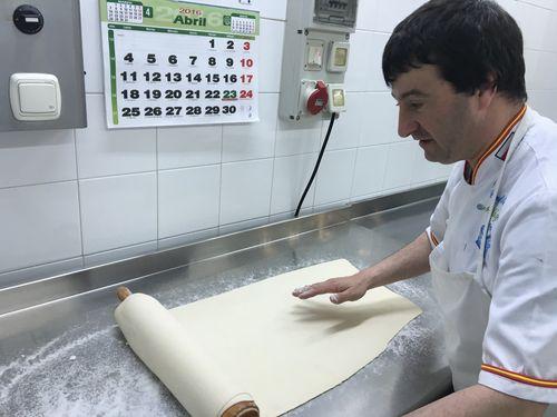 Estirando el hojaldre para hacer cuadraditos