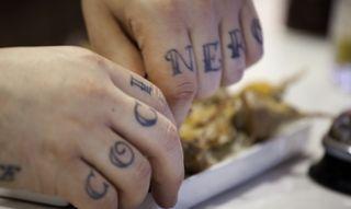 La cultura del tatuaje alcanza a las manos de Tanino Valiente