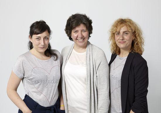María Almazán (Latitude), Belén de la Banda (Oxfam Intermón) y Nerea Avellaneda (Intropia), con las camisetas del proyecto Avanzadoras