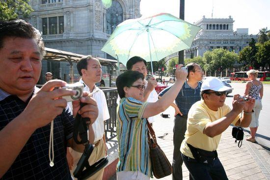 Turistas chinos en Cibeles Madrid- Santi Burgos