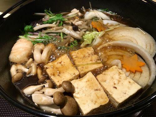 Segundo vuelco magnifico aspecto de las verduras que hierven en una salsa rebajada de soja