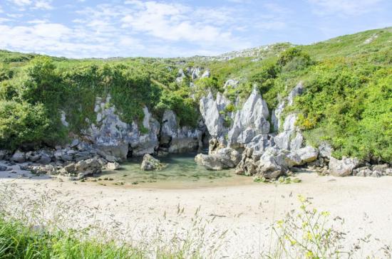La playa interior de Gulpiyuri, en Llanes (Asturias). -iStock