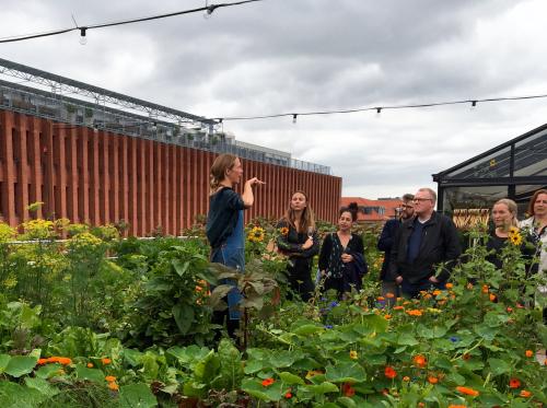 Mette Helbaek explica a los comensales el origen del restaurante y el funcionamiento de la huerta