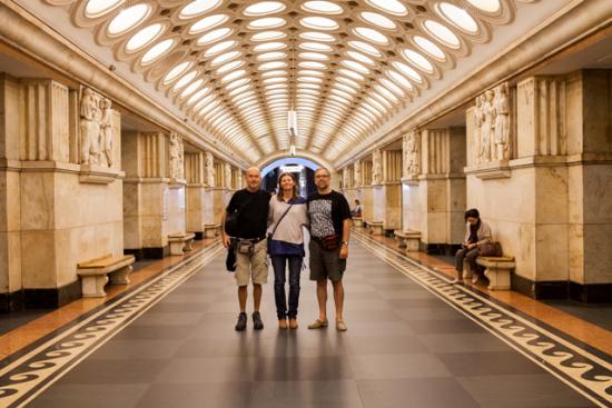 Ramon-Usó-_esquerra_-i-Joan-Garí-_dreta_-amb-Natalia-Beneditxuk_-al-metro-de-Moscou