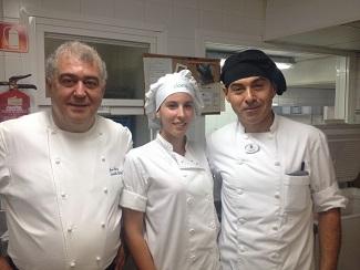 Juan Gálvez, jefe de cocina del Marbella Club, junto con su joven equipo de pasteleros.