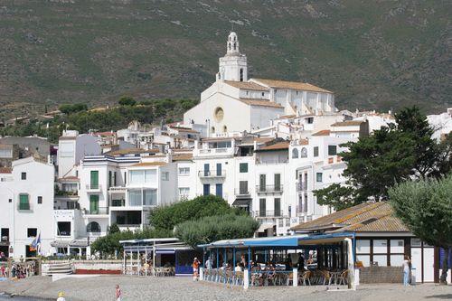 Cadaqués. Vista del conjunto del pueblo desde la playa
