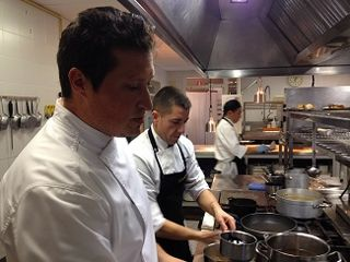 Kiko Moya en la cocina con su ayudante