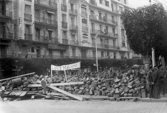 1280px-Semaine_des_barricades_Alger_1960_Haute_Qualité