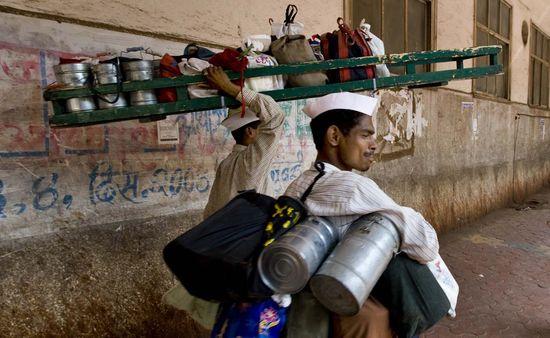 Mumbai_Dabbawala_or_Tiffin_Wallahs-_200,000_Tiffin_Boxes_Delivered_Per_Day