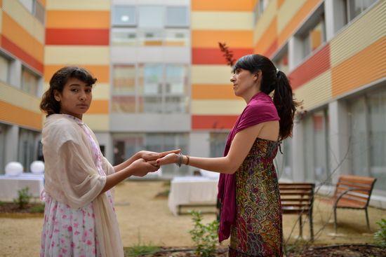Niña refugiada afgana con la psicóloga de CEAR en el centro de refugiados de Getafe, Madrid (CEAR)
