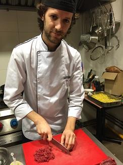 Jorge Gadea cortando la carne a cuchillo