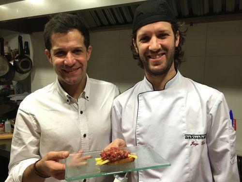 Nacho y Jorge Gadea con su famoso steak tartar en la cocina de AskuaBarra