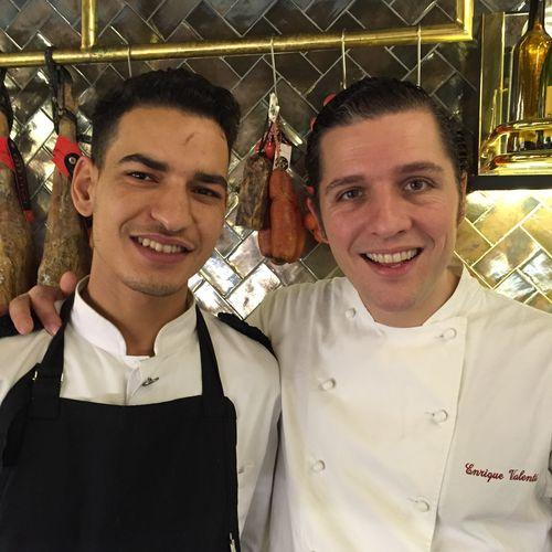Karim Haddou especialista en pan con tomate, junto a Enrique Valentí