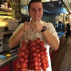 Enrique Valentícon dos ristras de tomates de colgar
