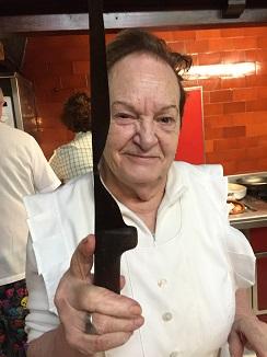 Josefina muestra su cuchillo de filo gastado por el uso