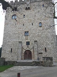 Torre de defensa del siglo XIV que alberga el hotel Landa