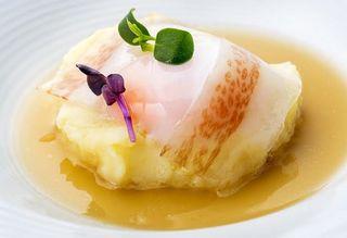 Huevo de corral,  caldo de garbanzos y jamón Joselito, con emulsión de patata, para cuyo fondo se utilizan mohos.  Restaurante Álbora