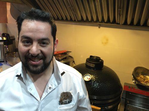 Julian Marmol dentro de las cocinas de Okasan, delante del kamado