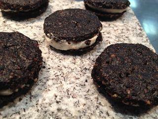 Versión de las galletas oreo de Kiko Moya en La Escaleta, con ajo negro y ajo blanco.