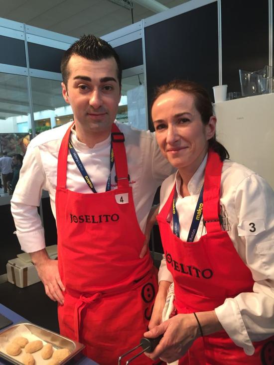 Diego Fernández, ganador del concurso, junto con Carmen Carro de la Taberna Pedraza