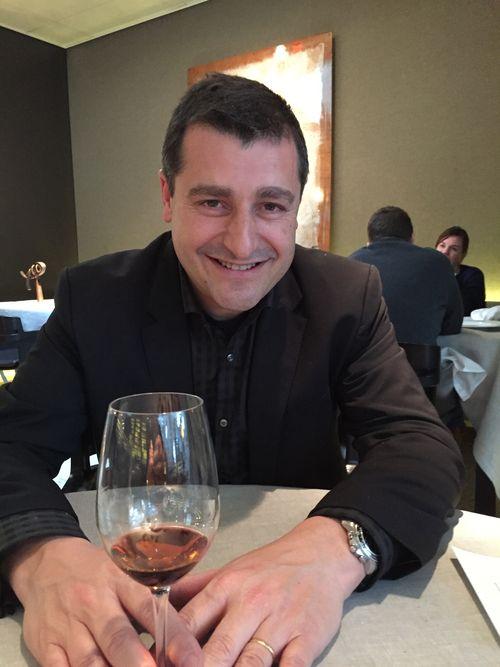 Pitu Roca en una mesa del restaurante RocaMoo