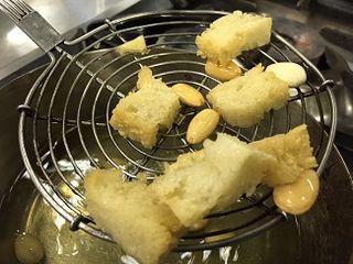 Tropezones de pan y almendras fritas, ingredientes del mojo palmero