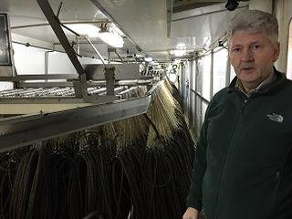 Gunnar Tómasson  delante de los artes de pesca, palangres de 25 kilómetros con más de 42.000 anzuelos