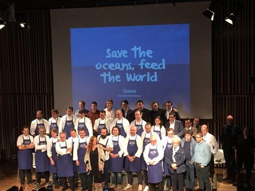 En el escenario los chefs que habían participado el acto junto con otros que habían asistido como espectadores