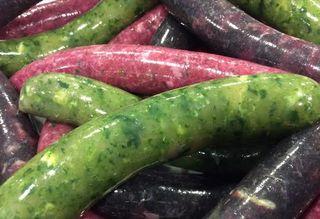 Salchichas frescas de colores de lombarda, espinacas,