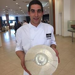 El cocinero Adriàn Milan Vera mostrando un precioso plato de diseño