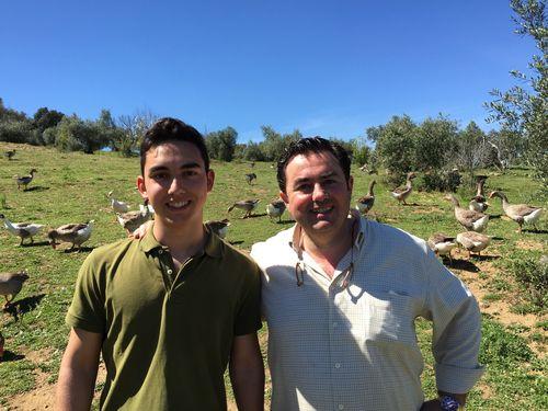 Eduardo Sousa y su hijo en plena dehesa