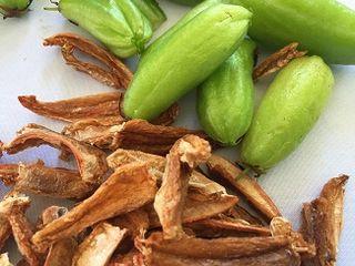 Kamia fresca y orejones de est fruta seca fundamentales para elaborar el sinaing na tulingan