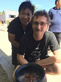 La cocinera filipina Myrna Dizón con Andoni Aduriz