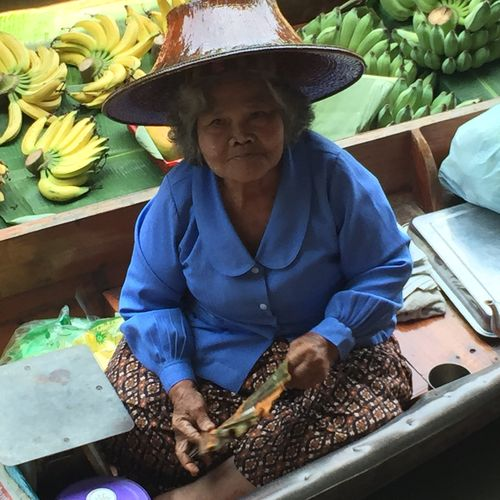 Vendedora del mercado flotante de Damnoen Saduak