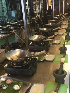 Batería de woks en las instalaciones de cocina de Blue Elephant