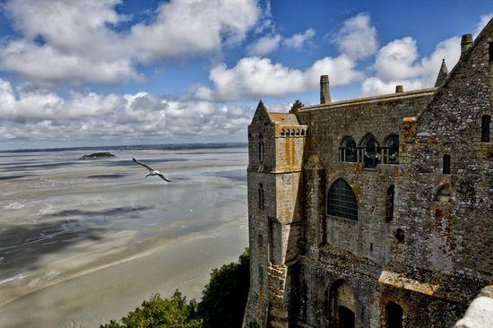 Vista panóramica desde la terraza de la abadía del monasterio del Mont Saint Michel ( Francia) con el mar al lado