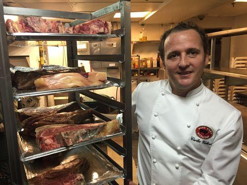 Carlos Valentí. cocinero jefe de l restaurante Rubaiyat con el carrito de carne antes de empezar la cata.