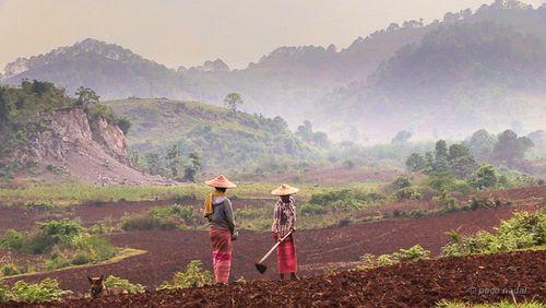 2. Preparando la tierra para el monzón, trekking al lago Inle, Birmania - Paco Nadal