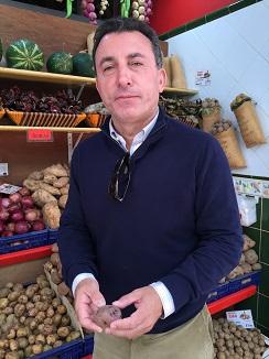 Domingo Ríos, delante de un puesto de papas en el mercado de La Recova