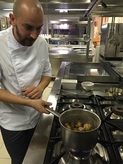 El cocinero canario Braulio Simancas arrugando papas en las cocinas del hotel Bahía del Duque