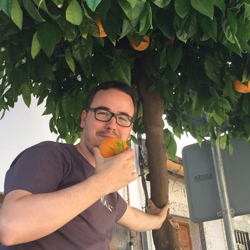 Paco Morales al pie de uno de los naranjos que rodean el restaurante Noor