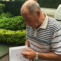 Paco Ferreres con su libro de proveedores
