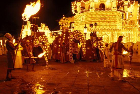 Procesión perahera en Kandy (Sri Lanka), frente al Dalada Maligawa, el Templo del Diente. Kay Maeritz