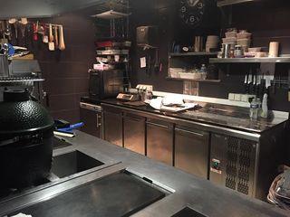 Cocina del famoso restaurante Akrame en Paris, con un horno kamado en primer plano