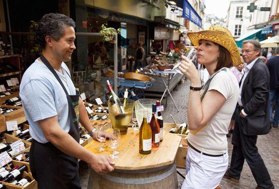 Degustación de vino en uno de los puestos del mercado de Mouffetard, en París.  Stuart Dee